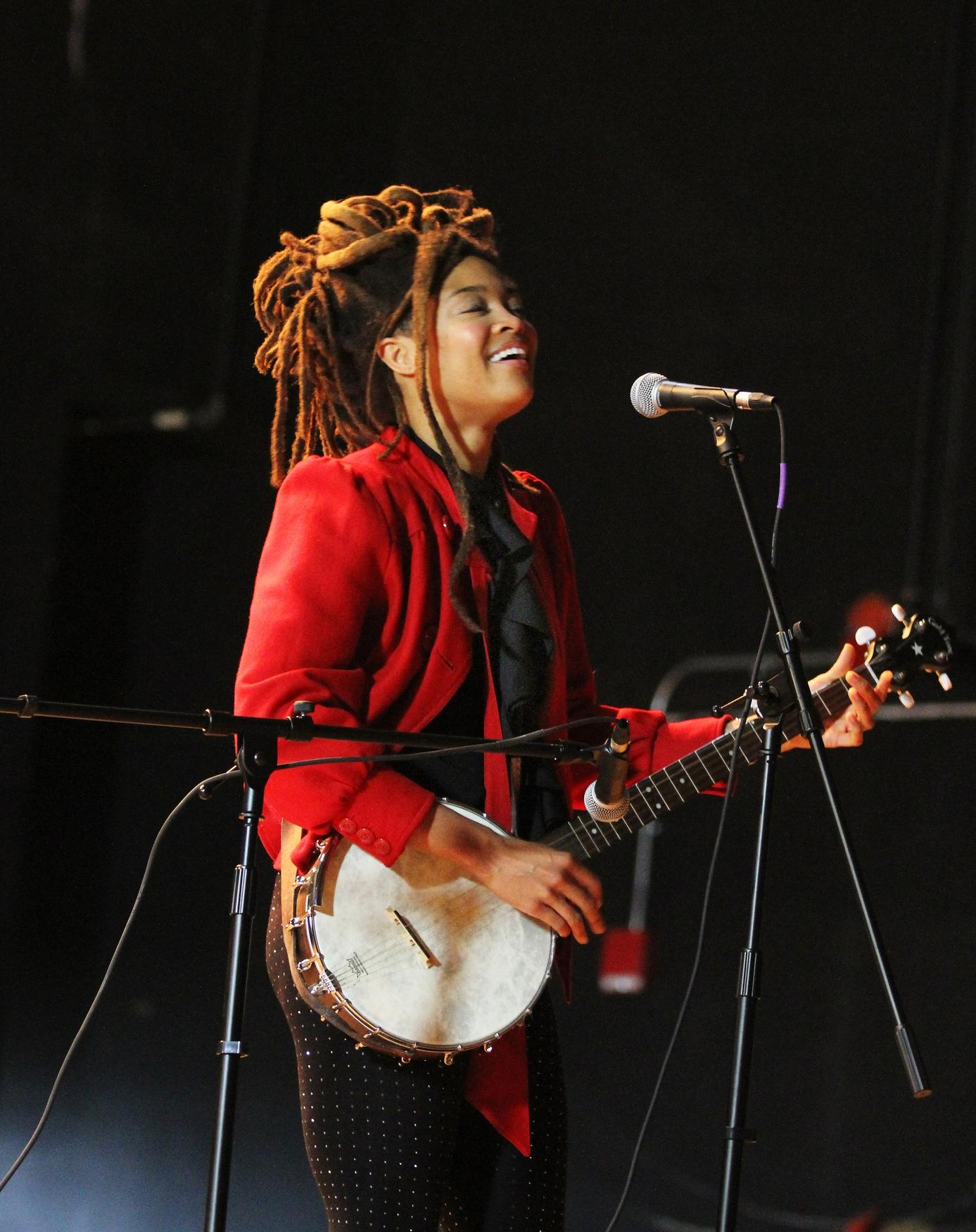 Singer Valerie June pays visit to Providence middle school