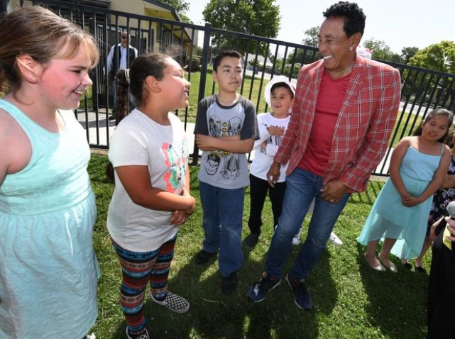 Motown legend Smokey Robinson fires up Stockton students